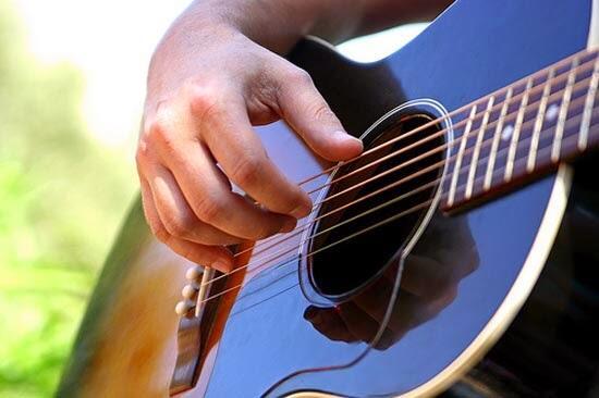 cara memetik gitar yang benar dalam belajar gitar akustik