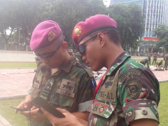 Baret Marinir Malaysia warnanya sama dengan baret Marinir Indonesia.