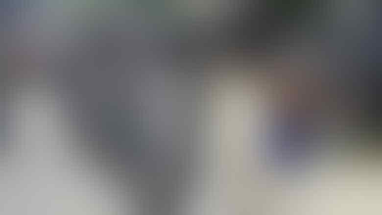 Ini Sosok Pria Telanjang Dada yang Colek Jokowi saat Touring