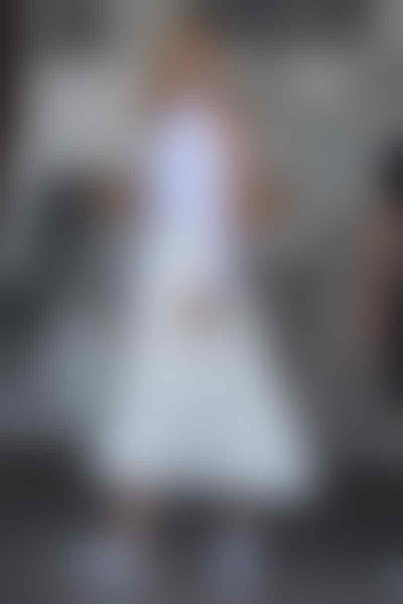 Intip 8 Gaya Modis Mix-Match Midi Skirt dari Karlie Kloss