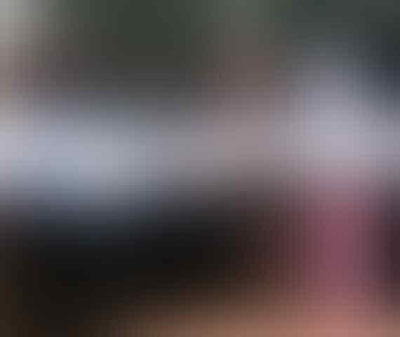 [SEREM] Perempuan Misterius Bawa Tas Ransel Mendekati Gedung Bawaslu
