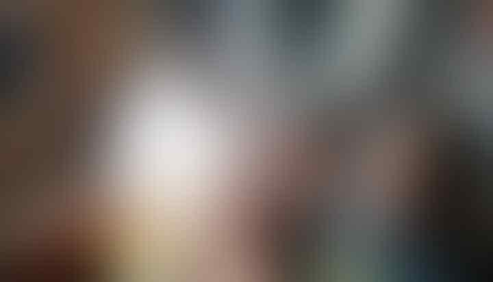 Bukan Sok Suci,Janggal Aja, Apa Motif Rocky Gerung Baca Quran? Dekat Botol Miras Lagi
