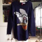 hm-divided-sweater-daisy-duck-disney
