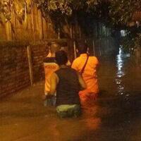 tim-sar-evakuasi-warga-petogogan-yang-rumahnya-terendam-banjir