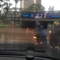 hujan-badai-siang-jakarta-dipenuhi-banjir-di-sejumlah-titik