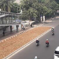 dikeluhkan-wargaarea-rumput-dibangun-jalur-untuk-hubungkan-halte-dan-jl-sudirman
