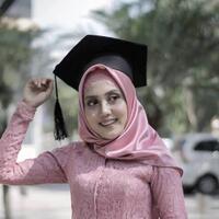 bahan-hijab-ini-cocok-buat-wisuda-sederhana-tapi-bikin-kamu-terkesan-glamor