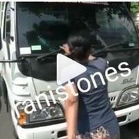 video-emak-emak-ngamuk-setelah-motornya-ditertibkan-dari-trotoar-nekat-hadang-mobil