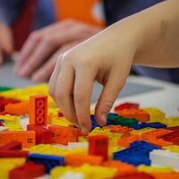 braille-bricks-dari-lego-ini-bantu-penyandang-tunanetra-belajar-sambil-bermain-gan