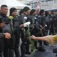 aksi-warga-bagi-bagi-mawar-ke-brimob-di-bawaslu