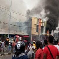 kerusuhan-terjadi-di-jayapura-massa-bakar-kantor-majelis-rakyat-papua