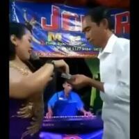 viral-video--jokowi--asyik-joget-sambil-nyawer-biduan-dangdut