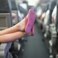 gak-nyangka-ini-alasan-dilarang-melepas-alas-kaki-di-pesawat