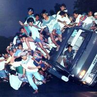 tergulingnya-truk-bonek-mania-menjadi-foto-terbaik-world-press-photo-1995