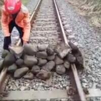 rel-kereta-api-di-lumajang-ditumpuki-batu-oknum-tak-bertanggung-jawab
