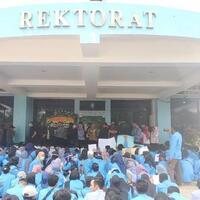 protes-aturan-berorganisasi-demo-mahasiswa-ubb-ricuh-di-depan-rektorat