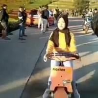 viral-video-gadis-cantik-yang-mengendarai-sepeda-motor-bersetir-mobil