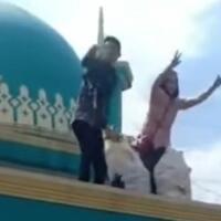 heboh-video-orang-bagi-bagi-mie-instan-dari-atas-masjid-netizen-gak-ada-cara-lain