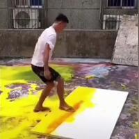 di-luar-nalar-pria-ini-melukis-gunakan-sandal-dan-kain-pel-membuat-netizen-terpukau