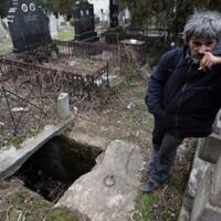 kakek-tunawisma-ini-tidur-di-kuburan