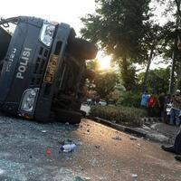 demo-omnibus-law-ricuh-mobil-polisi-hancur-dirusak-massa
