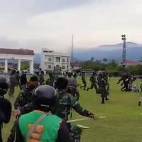 selamatkan-demonstran-usai-dipukuli-oknum-polisi-tni-banjir-pujian