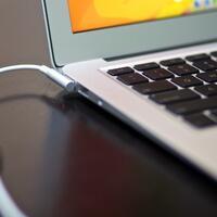 amankah-laptop-di-charger-terus-sambil-dipake