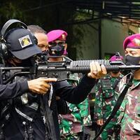 ustadz-abdul-somad-latihan-menembak-sekali-dor-sasaran-tumbang