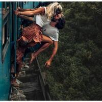 adegan-berbahaya-aksi-turis-di-kereta-api-sri-lanka