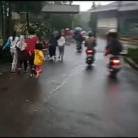 viral-video-banjir-bandang-di-puncak-bogor-warga-panik-berlarian-menyelamatkan-diri