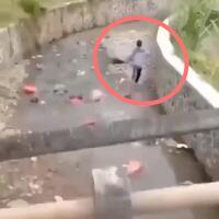 detik-detik-seorang-pria-lari-dikejar-terjangan-banjir-netizen-kenapa-gak-manjat