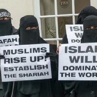 ade-sebut-di-mata-kaum-islamishamka-masuk-neraka-biarkan-keluarganya-tak-berjilbab