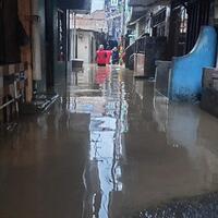 19-rt-di-kebon-pala-kampung-melayu-masih-terendam-banjir