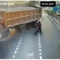 dua-truk-bertabrakan-adu-banteng-gara-gara-tingkah-pemotor-ceroboh-cek-video-gan