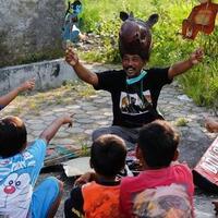 pakai-topi-kepala-badak-aktivis-indonesia-ini-berdongeng-untuk-lawan-erosi-pantai