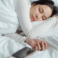 bahaya-menaruh-hp-terlalu-dekat-saat-tidur