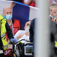 insiden-yang-menimpa-eriksen-menyatukan-sepak-bola-dan-pudarkan-rivalitas