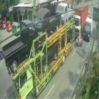 akibat-belok-sembarangan-pengendara-motor-nyaris-tergilas-truk-tronton