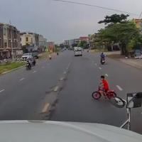 main-sepeda-sampai-ke-tengah-jalan-seorang-bocah-nyaris-diseruduk-truk-tronton