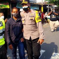 tiba-tiba-bentangkan-poster-ke-arah-jokowi-pria-di-blitar-ditangkap-polisi