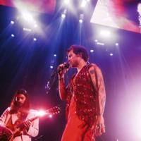 harry-styles-dikritik-karena-menyemburkan-air-dari-mulut-di-konsernya