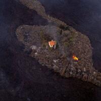 rumah-ajaib--ini-lolos-dari-amukan-lava-letusan-gunung-berapi-di-spanyol