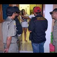 polisi-acak-acak-kantor-pinjol-ilegal