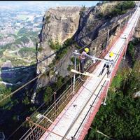 unik-jembatan-gantung-berlantai-kaca-terpanjang-di-dunia