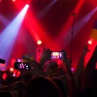 betapa-menyebalkannya-pengguna-ponsel-dalam-konser