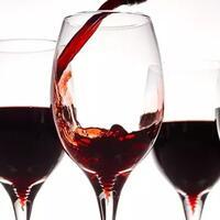 awas-teler-gaun-pengantin-unik-berhiaskan-50-gelas-wine