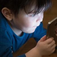 fakta-anak-anak-lebih-betah-tidur-dengan-smartphone-daripada-orang-tua-mereka