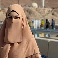 halu-tingkat-dewa-tramsgender-ini-umrah-menggunakan-pakaian-wanita-bahkan-bercadar