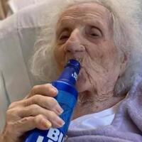 nenek-103-tahun-tenggak-bir-usai-dinyatakan-sembuh-dari-corona