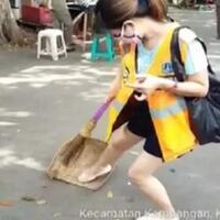 viral-video-perempuan-pelanggar-psbb-terlihat-jijik-menyapu-jalan-di-jakbar